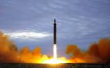 8月29日、北朝鮮は中距離ミサイルを発射。(STR/AFP/Getty Images)