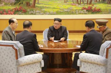 北朝鮮の国営メディアが4日に公開した、金正恩・朝鮮労働党委員長が核実験実施について3日、会議している模様(Getty Images)