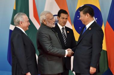 今年のBRICs首脳会議で握手する中国の習近平主席とインドのモディ首相。(KENZABURO FUKUHARA/AFP/Getty Images)