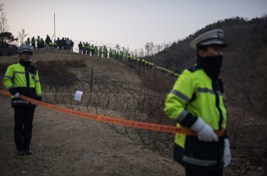 韓国THAAD配備地で警備する保安員(ED JONES/AFP/Getty Images)