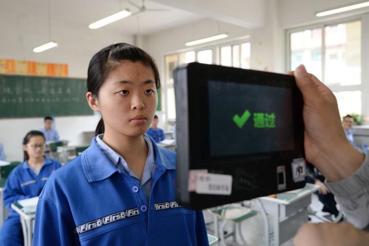 中国河北省邯鄲市の大学入試前、職員は顔認証システムを使用し受験生の確認を行っている(STR/AFP/Getty Images)