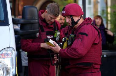 9月17日、ロンドンの地下鉄で15日に起きた爆発事件に関連し、英警察当局は16日夜、ロンドン西部の郊外ハウンズローで21歳の男を逮捕した。爆発現場付近で15日撮影(2017年 ロイター/Hannah McKay)