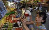 2017年6月、北京の青果市場にて、QRコードで決済する若い女性(Getty Images)