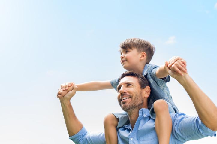 どうやって世の中を渡っていくのか。父親が息子に教えられることのひとつ (iStock)