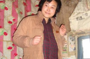 清華大学の学生だった柳志梅さんは、法輪功の修煉を放棄しないとして休学処分となり、のちに連行され、20代の7年間を監獄で過ごした。出所後、拷問により精神喪失状態となる。(明慧ネット)