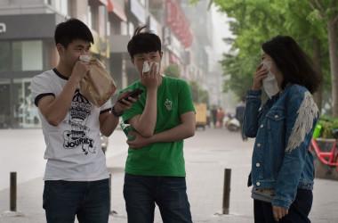 北京の大気質は乏しい。鼻と口を覆う市民。2017年5月撮影(NICOLAS ASFOURI/AFP/Getty Images)