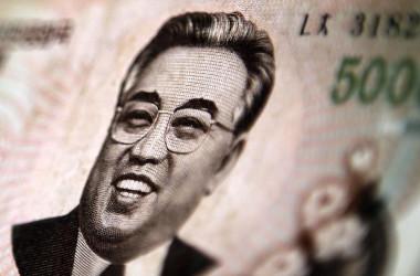 9月21日、ムニューシン米財務長官は、トランプ大統領がこの日に署名した対北朝鮮制裁を強化する大統領令の下、北朝鮮と取引のある銀行は米国内で営業を許可しないことを明らかにした。写真は北朝鮮の紙幣。2013年5月撮影(2017年 ロイター/Carlos Barria)