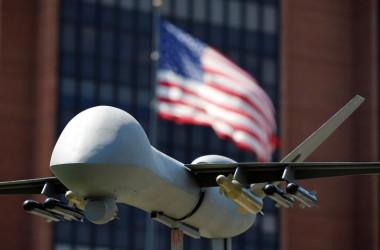 9月21日、トランプ米政権は、軍や米中央情報局(CIA)によるドローンを使った攻撃や奇襲攻撃に関するオバマ前政権時代の規制を緩和する準備を進めている。ニューヨーク・タイムズ紙が政府関係者の話として伝えた。写真は2016年7月、米国旗と軍事用ドローン。2016年7月、フィラデルフィアで撮影(2017年 ロイター/Dominick Reuter)