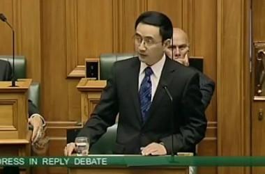 ニュージーランドのビル・イングリッシュ首相(国民党党首)は15日、スパイ疑惑を報じられた現職国家議員で中国出身の楊健氏(国民党選出、55)について、楊議員が2004年に提出したニュージーランド国籍帰化申請内容を見直すと明らかにした。(ネット写真)