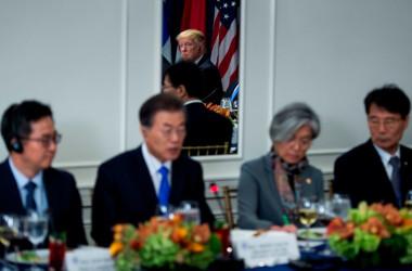 米ニューヨークで開かれた日米韓首脳会談で、鏡越しに映る米トランプ大統領。手前に韓国・文在寅大統領(BRENDAN SMIALOWSKI/AFP/Getty Images)