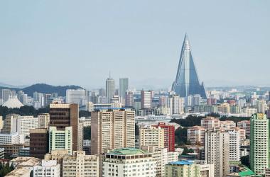北朝鮮の元山・葛麻半島の巨大な新観光地帯で少なくとも170の建物が建設されていると推定される。写真は2015年平壌の街並み (Photo by Xiaolu Chu/Getty Images)