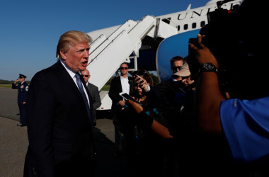 9月24日、トランプ米大統領は、イスラム圏6カ国からの入国を制限する大統領令に代わり、北朝鮮、ベネズエラ、チャドを対象国に追加し、スーダンを除外する新たな規制策を導入すると発表した。ニュージャージーで大統領専用機に乗る同大統領(2017年 ロイター/Aaron Bernstein)