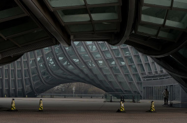 鳳凰衛視は最近、主力の人気討論番組3本を打ち切ることを決定した。写真は北京にある同社の社屋。2014年撮影(MARK RALSTON/AFP/Getty Images)