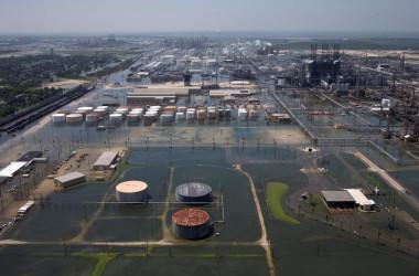 9月22日、米商工会議所財団によると、ハリケーン「ハービー」と「イルマ」の被害に対する救済基金に寄せられた企業からの寄付が、約2億2500万ドルに達している。このほかにも、寄付の申し出が続いているという。写真は8月、ハービーにより洪水の被害を受けたテキサスの石油精製施設(2017年 ロイター/Adrees Latif)