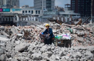 上海のビル解体現場にいる女性の出稼ぎ労働者。(JOHANNES EISELE/AFP/Getty Images)
