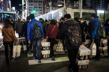 東京銀座の街を歩く中国人観光客。買い物も訪日目的の一つ。(Chris McGrath/Getty Images)