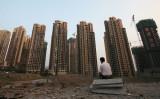 中国金融当局はこのほど、国内金融リスク拡大への強い警戒感から不動産市場に流れ込む消費者金融に対して、厳しい引き締め措置を打ち出した。(Photo by China Photos/Getty Images)
