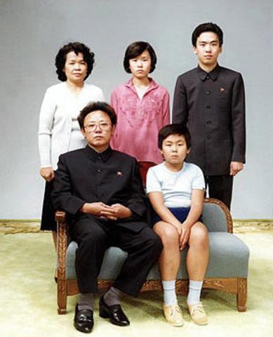 1981年に撮影された、金正日一家。金正日氏の隣に座っているのが、金正男氏。(Choongang Monthly Magazine/Newsmakers)