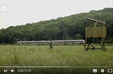 電車が通るたびに、パフォーマンスを繰り広げる住民たち。乗客たちからの評判も上々(スクリーンショット)