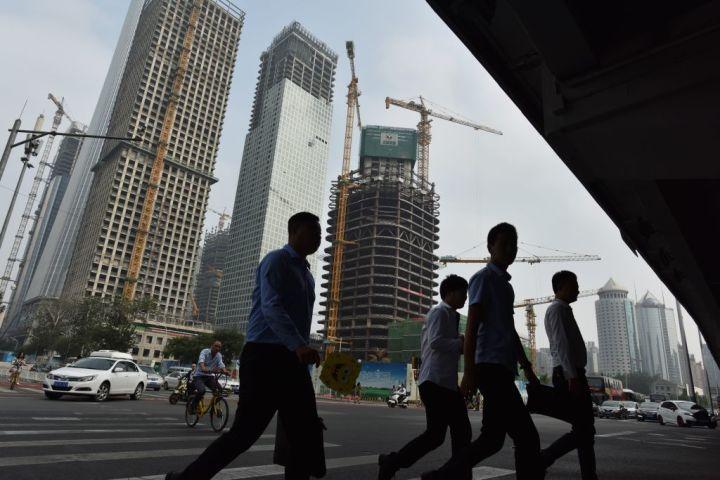 2017年8月、北京中心地で建設中のビル(GREG BAKER/AFP/Getty Images)