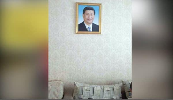 新疆ウイグル自治区の住民の家に飾られた習近平氏の写真。(RFI)