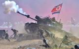 朝鮮戦争65周年を迎えた2015年、韓国軍が双方の軍の動きを再現した(JUNG YEON-JE/AFP/Getty Images)