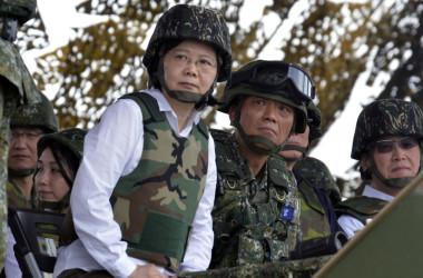 2017年5月、台湾で最大規模の年次軍事演習を視察する台湾・蔡英文総統。台湾では毎年、中国人民軍の侵攻を想定した軍事演習が行われる(SAM YEH/AFP/Getty Images)