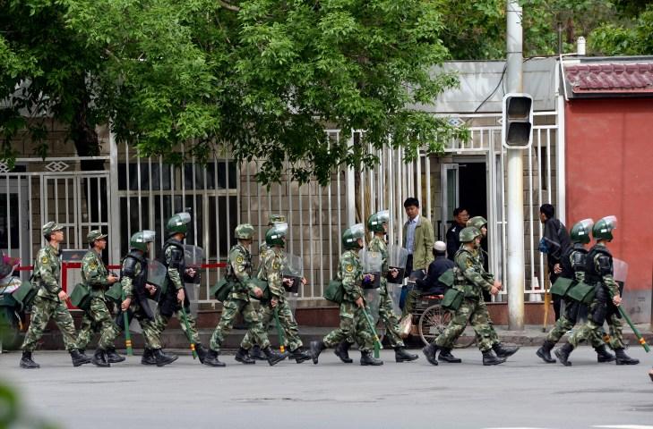 新疆ウィグル自治区ウルムチ市の街頭でパトロールする警官。写真は2014年撮影されたもの。(GOH CHAI HIN/AFP/Getty Images)