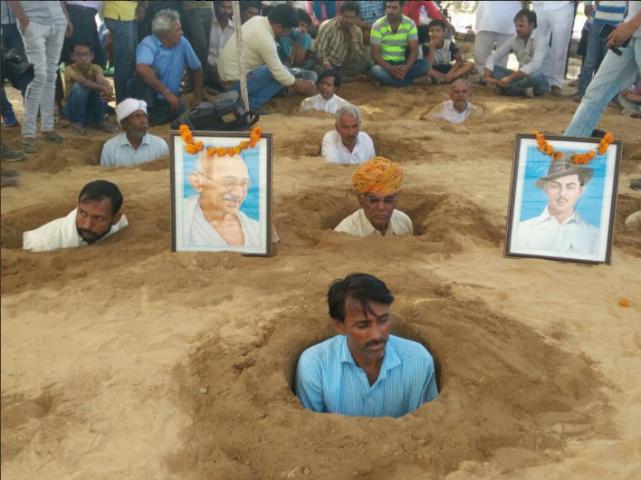 土地収用に抵抗して、みずから土に埋まる抗議者たち(@Ashok Gehlot)