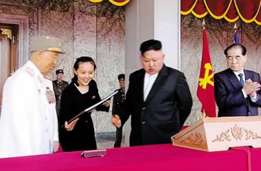 2017年4月15日、故金日成主席生誕に合わせて開催された軍事パレードの模様を報道する北朝鮮の朝鮮中央テレビの番組で、金正恩氏の隣に映っていた妹・金与正(キム・ヨジョン)党宣伝扇動部副部長(スクリーンショット)