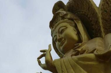 河南省で仏像は強制撤去に遭い、取り壊される途中、指から赤い液体が流れた。(ネット写真)