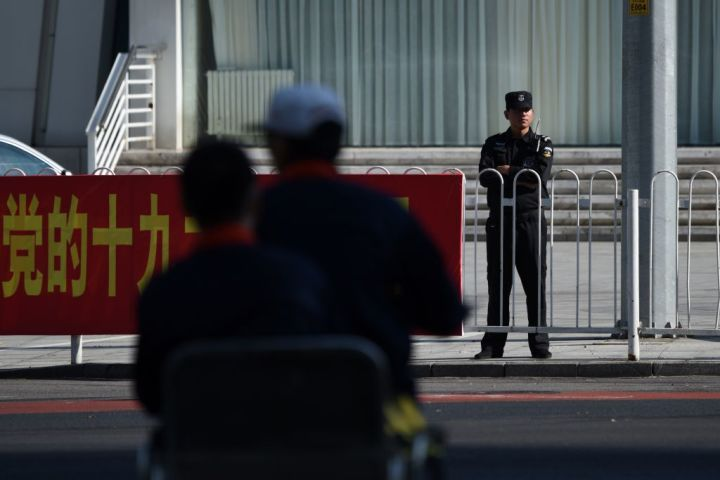 2016年、中国当局により、米諜報員が成都で拘束されていた。米政治紙が最近明かした。写真は11日、19大を控える北京の警備にあたる武装警察(WANG ZHAO/AFP/Getty Images)