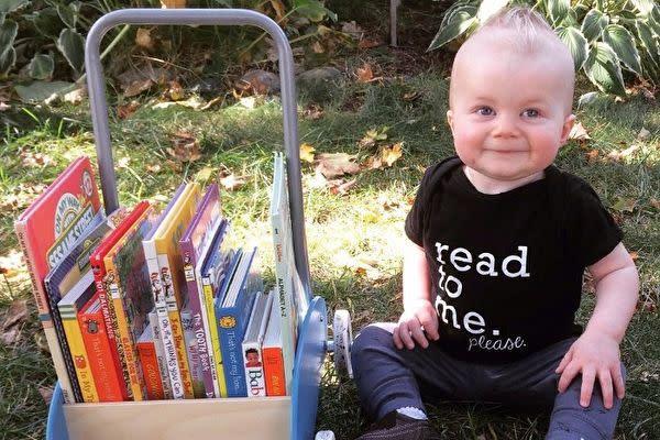 絵本が大好きなエメットくん。どこへ行く時も決して本から離れない(The Saddest Bookworm/Instagram)