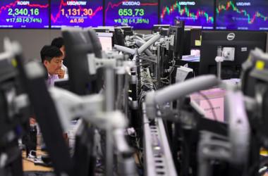 9月、韓国ソウルのKEBハナ銀行で、取引画面を見つめるディーラー(JUNG YEON-JE/AFP/Getty Images)
