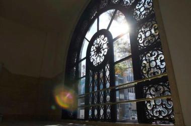 グラン ルゥは本館晴海通り側の大窓がモチーフ。