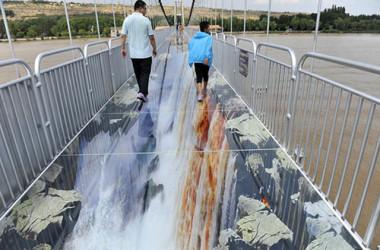 中国北西部・寧夏回族自治区の中衛市に8月、完成したガラス橋。黄河に架かる(Weibo)