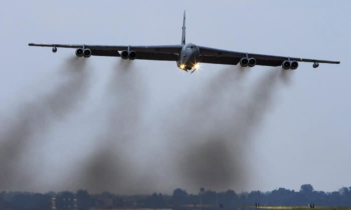 バークスデール空軍基地より飛び立つB-52爆撃機。2007年撮影(Paul J Richards/AFP/Getty Images)