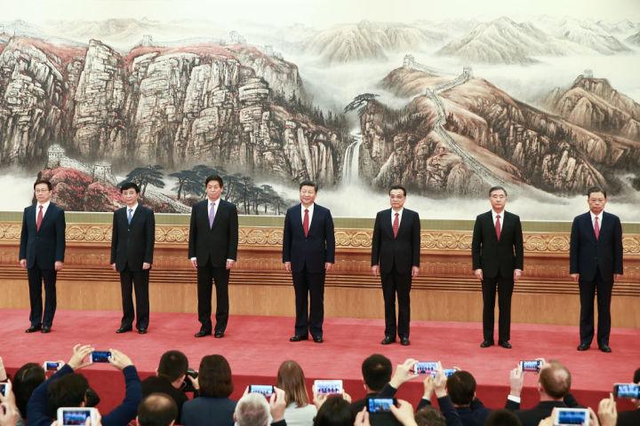 第19回党大会で誕生した新しい常務委員メンバー。(Photo by Lintao Zhang/Getty Images)