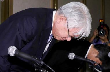 10月13日、性能データ問題で謝罪する川崎博也会長兼社長。(Photo credit should read STR/AFP/Getty Images)