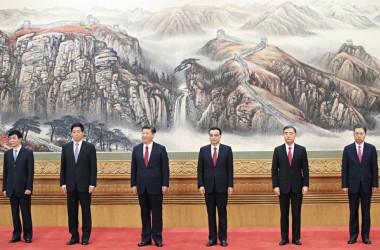 2期目を迎えた習近平指導部は31日、習氏と6人の常務委員が上海に入り、中国共産党第1回党大会が行われたとされる記念館を視察した(Getty Images)