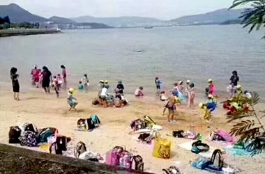 香港・馬鞍山のビーチで遊ぶ日本人幼稚園の園児たちの様子。(ツイッターからのスクリーンショット)