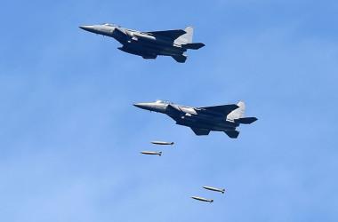 軍事演習で爆弾を投下する韓国軍のF15戦闘機。(Photo by South Korean Defense Ministry via Getty Images)