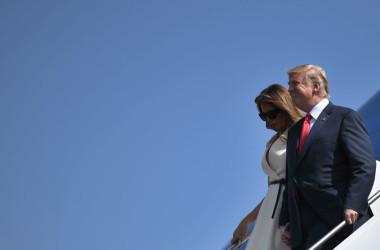 トランプ大統領が、5日に日本に到着し、13日間のアジア歴訪を開始する。写真は11月3日、ハワイに到着したトランプ大統領夫妻(JIM WATSON/AFP/Getty Images)