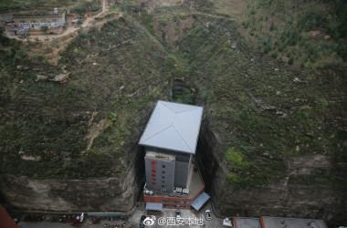 崖に挟まれた日の当たらないホテル(西安本地@weibo)