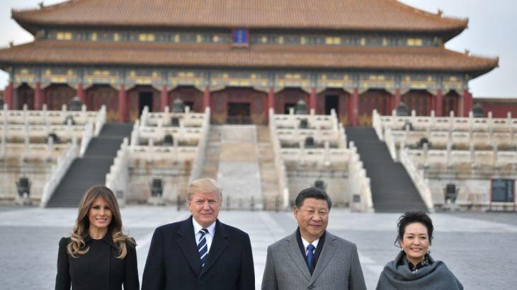 11月8日、北京の紫禁城前で撮影する米トランプ大統領夫妻と中国の習近平夫妻(JIM WATSON/AFP/Getty Images)