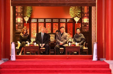 習近平国家主席と彭麗媛夫人は8日、世界遺産・紫禁城にある清・乾隆帝の執務室兼ね住居の「建福宮」で訪中のトランプ米大統領夫婦をおもてなしした。(JIM WSTSON/AFP/Getty Images)