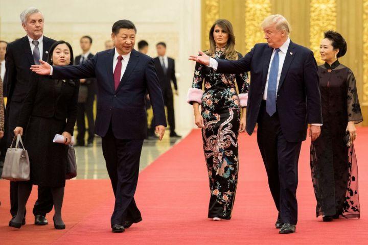 2017年11月9日、習近平主席との会談に臨むトランプ大統領と一行(Photo credit should read JIM WATSON/AFP/Getty Images)