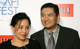 香港映画俳優のチョウ・ユンファと妻の陳薈蓮。(Michael Buckner/Getty Images)