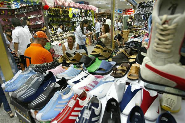 中国北京市にあるニセ商品市場「秀水街」で売られている偽ブランド靴。(Getty Images)