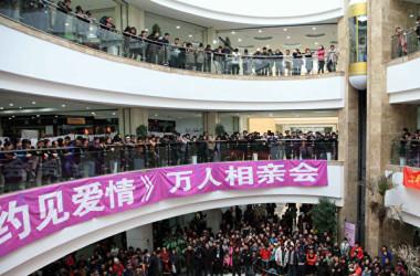 2010年2月25日、中国遼寧省瀋陽市で行われた結婚仲介イベントの様子。(大紀元資料室)